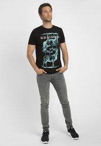 Apart - MIT DRUCK - Print T-shirt - schwarz - 1