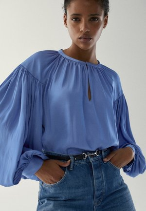 MIT RAFFUNGEN - Blouse - light blue