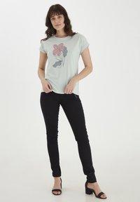 Fransa - MIT FLORALEM PRINT - Print T-shirt - aqua foam - 1