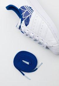 adidas Originals - SUPERSTAR SPORTS INSPIRED SHOES UNISEX - Sneakers basse - footwear white/team royal blue - 5
