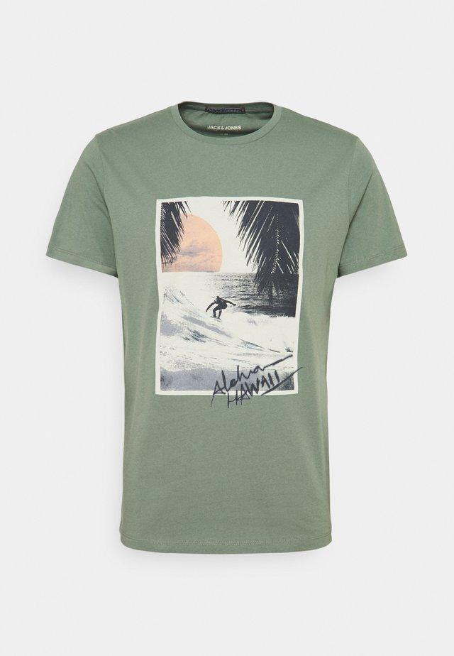 JORTAHOE TEE CREW NECK - Print T-shirt - sea spray