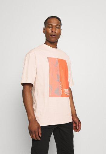 IMPACT UNISEX - Print T-shirt - pink