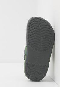 Crocs - DINO BAND LIGHTS - Mules - slate grey - 4