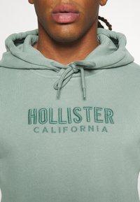 Hollister Co. - TECH LOGO TONAL - Jersey con capucha - green - 5