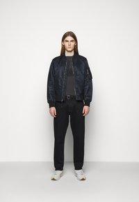 Han Kjøbenhavn - BOXY TEE - Print T-shirt - faded dark grey - 1