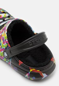 Crocs - CLASSIC OUT OF THIS WORLD UNISEX - Kapcie - black/multicolor - 5