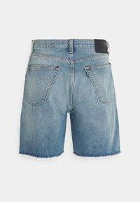 Levi's® Made & Crafted - LOOSE SHORT - Farkkushortsit - light blue denim - 1