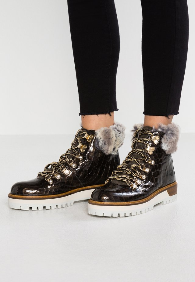 TIANA - Ankle boot - kaky