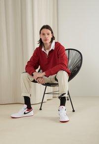 Jordan - AIR 1 - Sneakersy niskie - white/gym red-black - 0