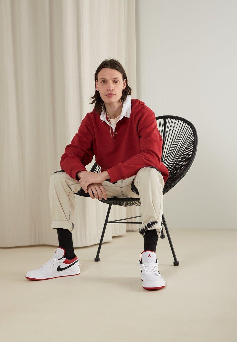 Jordan - AIR 1 - Sneakersy niskie - white/gym red-black
