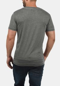 Solid - V-SHIRT THEON - Basic T-shirt - mid grey - 1