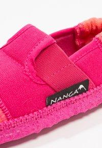 Nanga - KLETTE UNISEX - Domácí obuv - azalee - 5