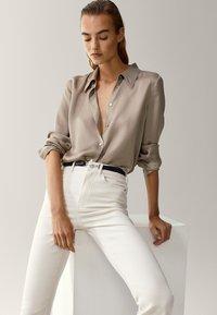 Massimo Dutti - SCHLAG AUS HOHEM  - Flared Jeans - beige - 0