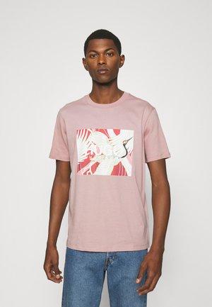 DOLIVE - T-shirt z nadrukiem - light/pastel brown