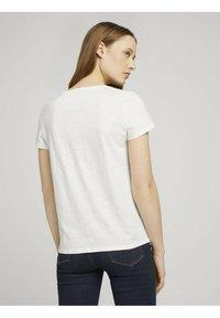 TOM TAILOR DENIM - Camiseta estampada - gardenia white - 2