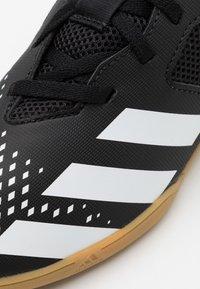 adidas Performance - PREDATOR 20.4 FOOTBALL SHOES INDOOR UNISEX - Botas de fútbol sin tacos - core black/footwear white - 5