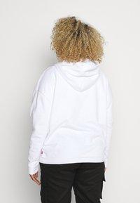 Levi's® Plus - GRAPHIC HOODIE - Hoodie - white - 2