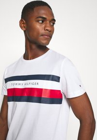 Tommy Hilfiger - STRIPE TEE - T-shirts print - white - 4