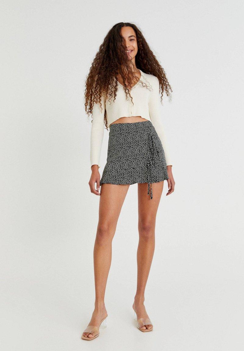 PULL&BEAR - MIT BLUMENPRINT - Áčková sukně - mottled black