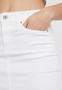 Pieces - PCAIA SKIRT  - Farkkuhame - bright white - 3