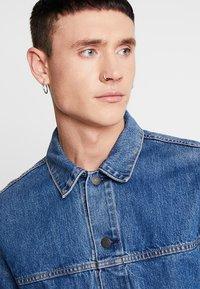 Levi's® - PATCH POCKET TRUCKER - Denim jacket - blue denim - 3