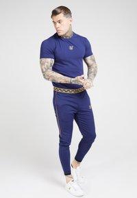 SIKSILK - TAPE COLLAR GYM TEE - T-shirt basic - navy/gold - 0