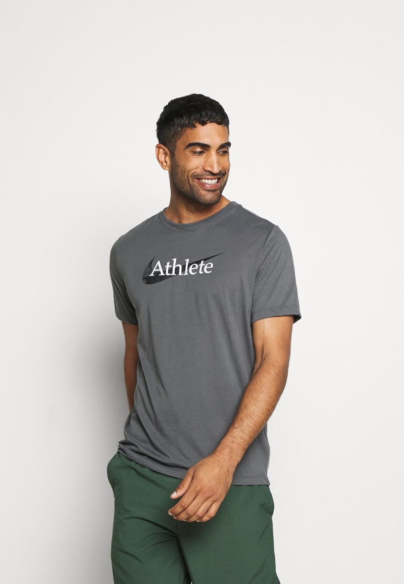 Nike Performance - DRY TEE  ATHLETE CAMO - Camiseta estampada - iron grey