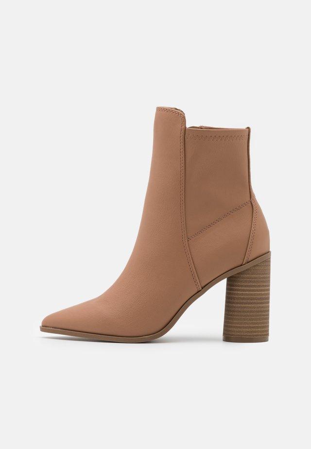 CLOEY - Kotníkové boty - beige