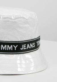 Tommy Jeans - LOGO TAPE BUCKET HAT - Chapeau - white