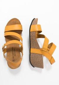 RE:DESIGNED - KATY - Sandály na platformě - dark yellow - 1
