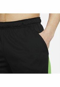 Nike Performance - SHORT TRAIN - Korte sportsbukser - black mean green mean green - 6