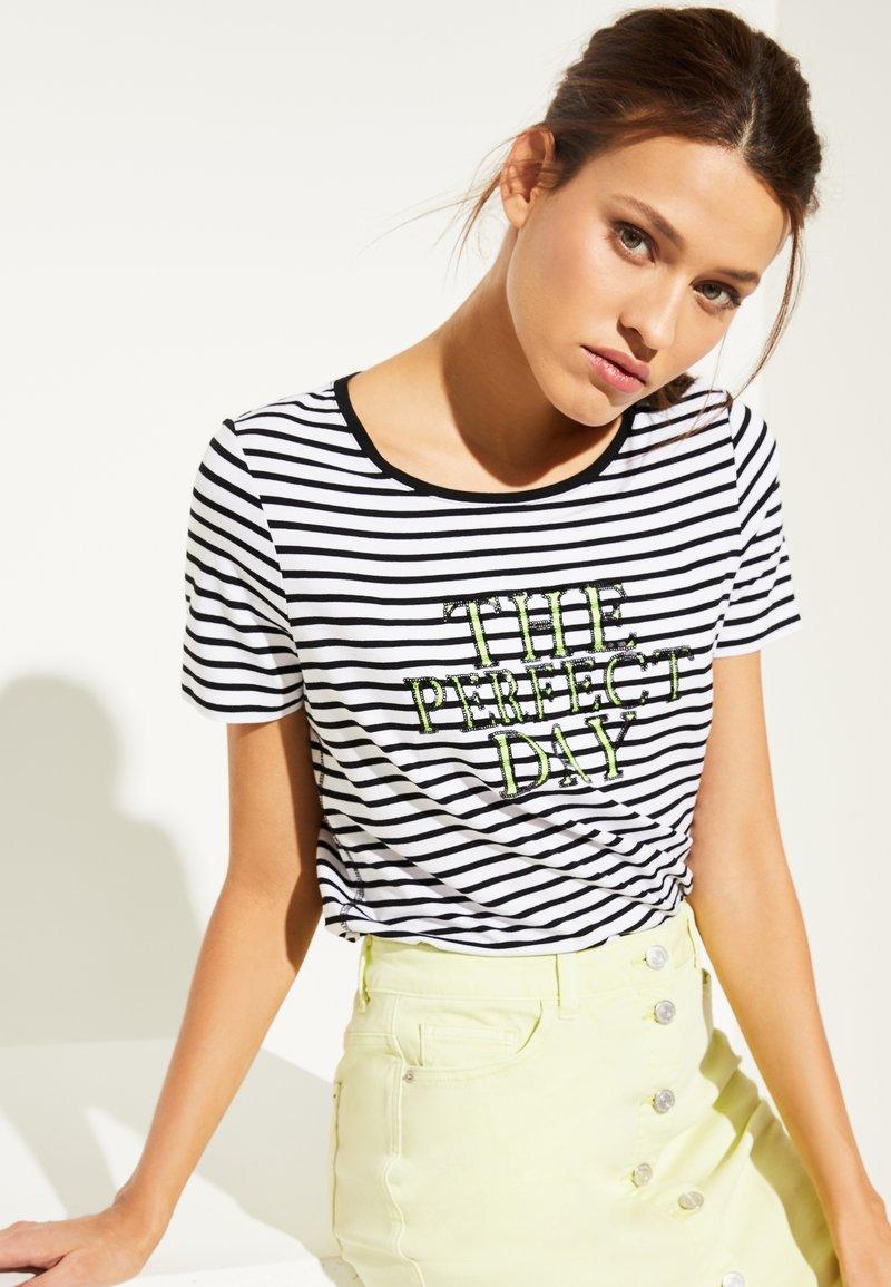 comma casual identity - MIT PAILLETTEN SCHRIFTZUG - Print T-shirt - white