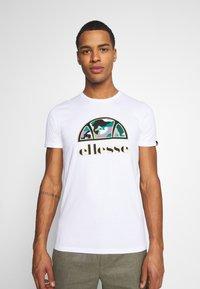 Ellesse - HEBBER - T-shirt z nadrukiem - white - 0