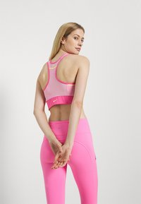 Nike Performance - POCKET BRA PAD - Sport-BH mit mittlerer Stützkraft - pinksicle/pink rise/melon tint - 2