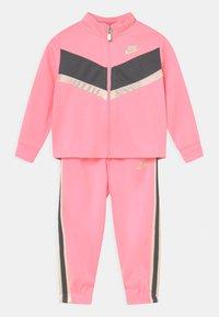Nike Sportswear - GO FOR GOLD SET - Trainingsvest - arctic punch - 0