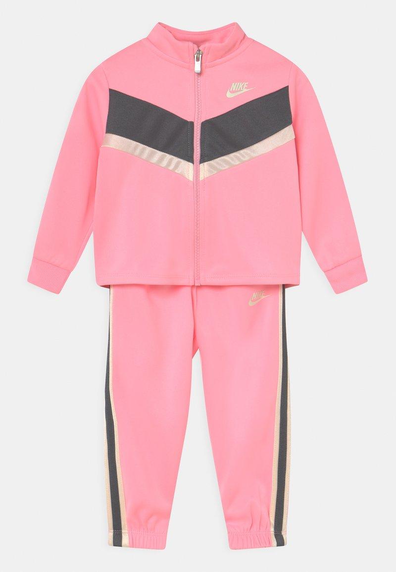 Nike Sportswear - GO FOR GOLD SET - Trainingsvest - arctic punch