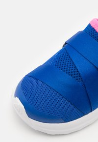 adidas Performance - FORTARUN X UNISEX - Hardloopschoenen neutraal - team royal blue/solar pink/footwear white - 5