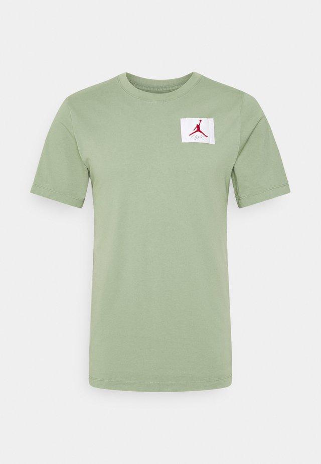FLIGHT ESSENTIALS CREW - Camiseta estampada - spiral sage