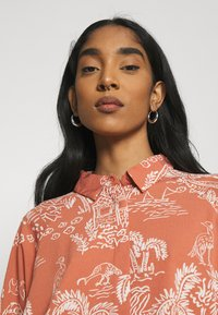 Monki - MOA RAGLAN SHIRTDRESS - Shirt dress - coralle - 3