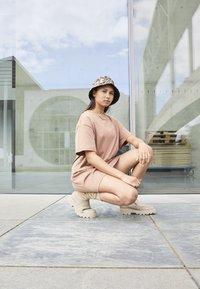 Nike Sportswear - Vestido ligero - archaeo brown/white - 1