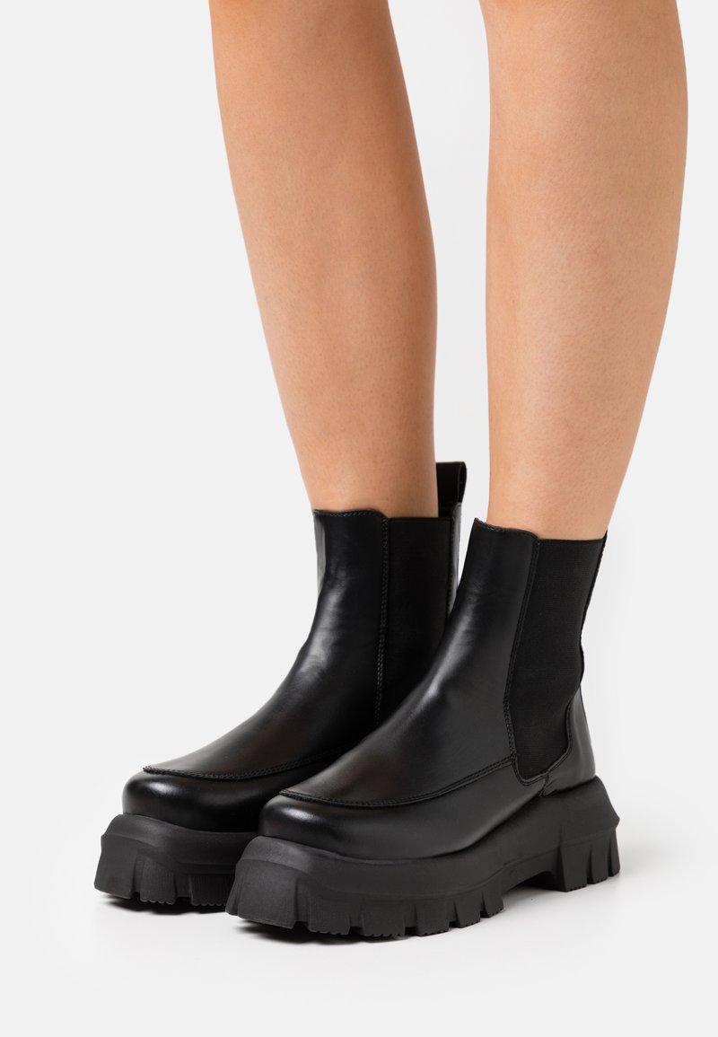 Topshop - VEGAN VIOLET ROUND TOE BOOT - Kotníkové boty na platformě - black