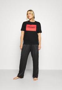 HUGO - DOLIVE - T-shirt imprimé - black - 1