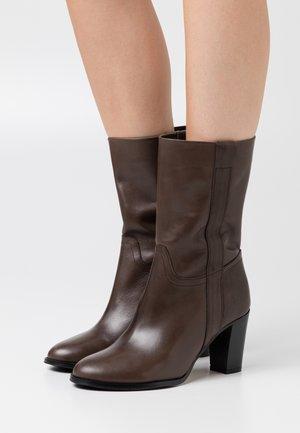 MANIL - Vysoká obuv - dark brown