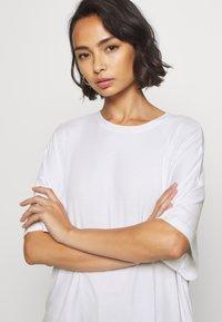 Even&Odd Petite - Basic T-shirt - white - 4
