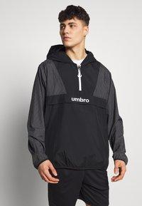 Umbro - DIAMOND REVEAL CAGOULE - Training jacket - black/brilliant white - 0