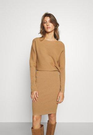 BOAT NECK SHEATH - Obleka/pulover - camel