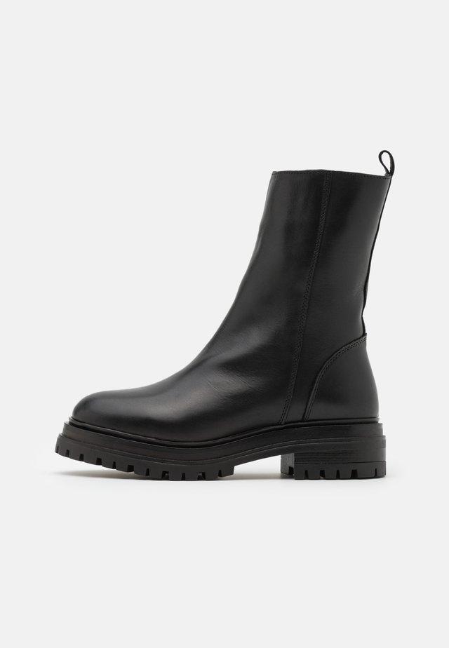 YASTANK BOOTS - Stivali con plateau - black