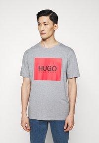 HUGO - DOLIVE - T-shirt imprimé - silver - 0