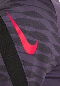 Nike Performance - DRY STRIKE 21 - Camiseta estampada - dark raisin/black/siren red - 6