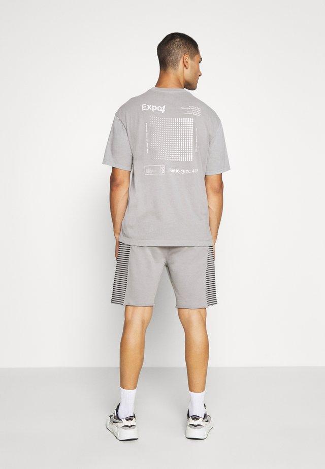 RAW EDGE STRIPE PANEL SHORT - Tracksuit bottoms - grey